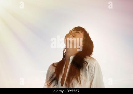 Jusqu'à la jeune femme, rayons de soleil sur le visage Banque D'Images