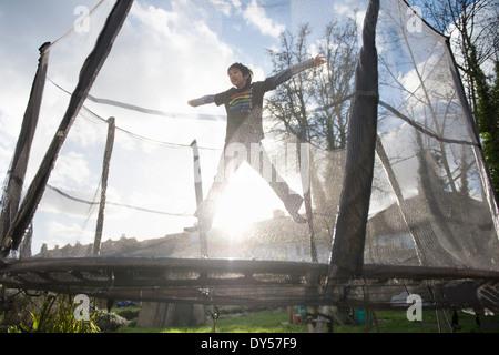 Garçon sautant sur d'extérieur Banque D'Images