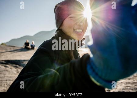 Portrait de jeune femme timide randonneur, Squamish, British Columbia, Canada