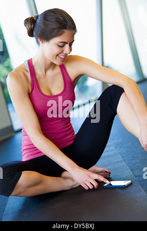 Young woman using cellular phone Banque D'Images