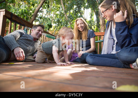 Family relaxing on porch Banque D'Images