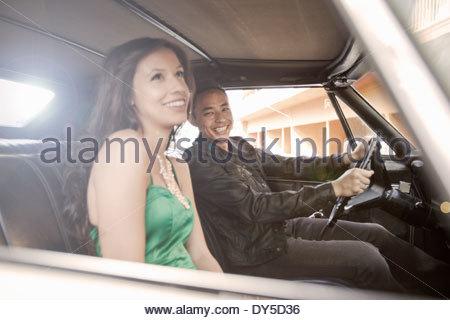 Heureux couple roulant en voiture Banque D'Images