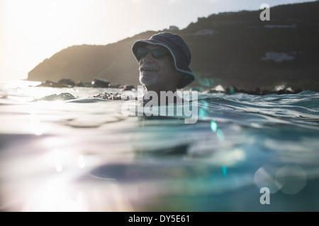 Man nager dans la mer Banque D'Images
