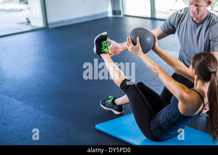 Couple working out avec ballon Banque D'Images