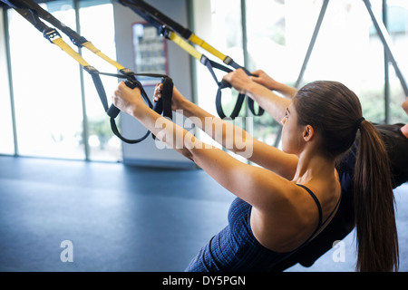 Couple working out in gym Banque D'Images