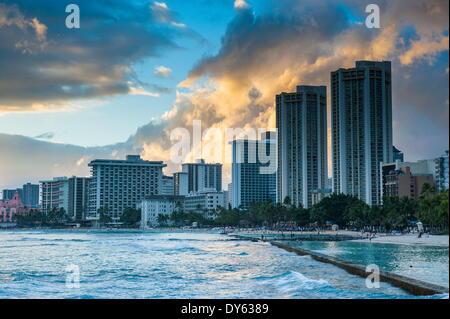 La fin de l'après-midi au cours de la lumière des tours d'hôtels de plage de Waikiki, Oahu, Hawaii, United States Banque D'Images
