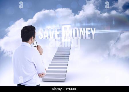Économiser de l'argent contre l'ouvrir la porte du haut des escaliers dans le ciel Banque D'Images