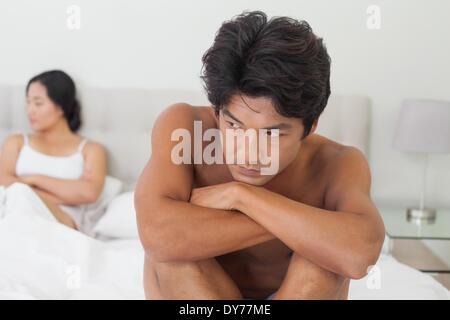 Couple ne parle après argument en double Banque D'Images