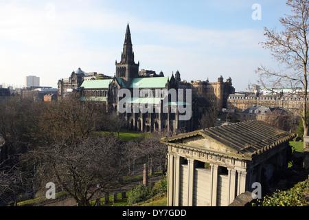 La cathédrale de Glasgow avec des bâtiments de l'Hôpital Royal derrière. Un mausolée de la Nécropole est bas à droite Banque D'Images