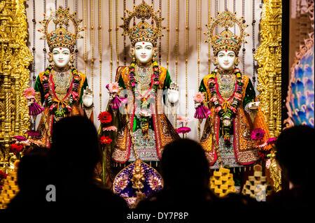 Londres, Royaume-Uni. 8 avril, 2014. Les dévots hindous le culte et la prière devant les statues sacrées au cours Banque D'Images