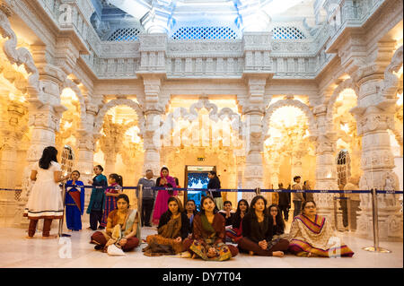 Londres, Royaume-Uni. 8 avril, 2014. Les femmes hindoues en costume traditionnel culte et prier pendant les célébrations Banque D'Images