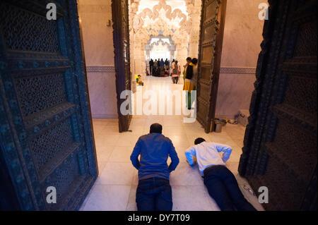Londres, Royaume-Uni. 8 avril, 2014. Les dévots hindous culte et prier pendant les célébrations de Swaminarayan Banque D'Images