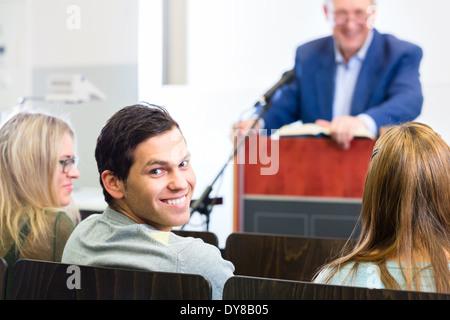 Les élèves d'écouter le professeur collège conférence donnant Banque D'Images