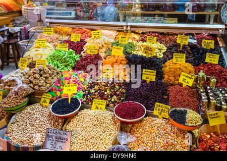 Les fruits séchés et les noix à la vente dans le Spice Bazaar (Misir Carsisi ou bazar égyptien), district d'Eminonu, Banque D'Images