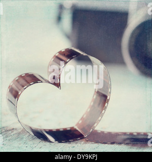 Forme du cœur à partir d'un film négatif et old vintage camera - concept pour la photographie Banque D'Images