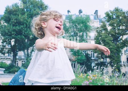 Petite fille jouant à l'extérieur Banque D'Images
