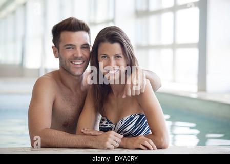 Jeune couple à mettre en commun, portrait Banque D'Images