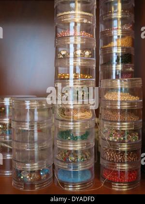 Sacs de stockage en plastique remplis de fournitures Perles des vérins et les notions, USA Banque D'Images