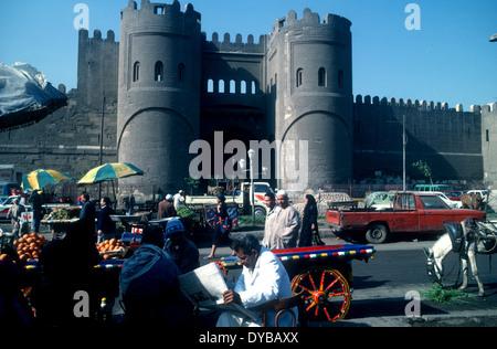 Une scène de rue avec Bab al Futah, Bab al Futuh (Conquest Gate) l'une des trois portes restantes dans les murs Banque D'Images