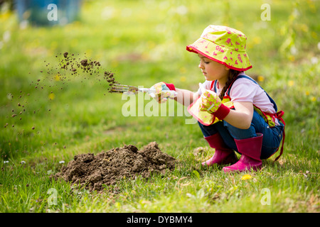 Petite fille dans le jardin Banque D'Images