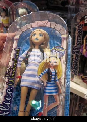 Conte de fée poupée à grands caractères, Teen Alice, FAO Schwarz magasin de jouets phares intérieur, NYC Banque D'Images