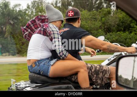 Floride Miami Tamiami Trail Route 41 Hispanic man woman couple riding se précipiter sur le vent de l'air à travers Banque D'Images