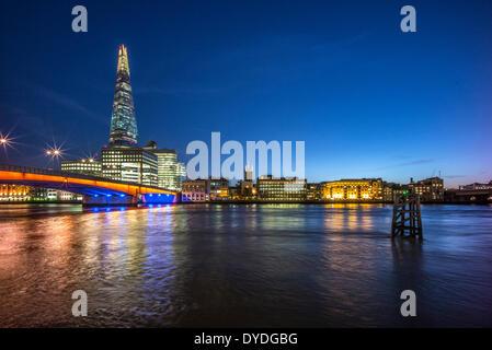 Le Shard avec Southwark Cathedral et London Bridge.
