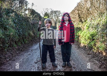 Deux garçons dans une ruelle boueuse. Banque D'Images