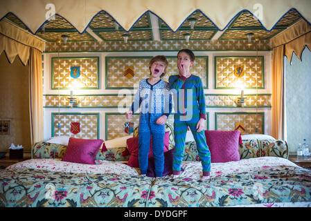 Deux garçons yawning in onesies sur le plus grand hôtel d'Europe à Thornbury Castle. Banque D'Images