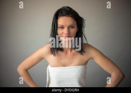 Une jeune femme portant une serviette. Banque D'Images