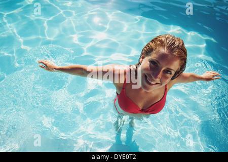 Portrait d'une belle jeune femme dans une piscine à à huis clos. Pretty caucasian modèle féminin en maillots de Banque D'Images