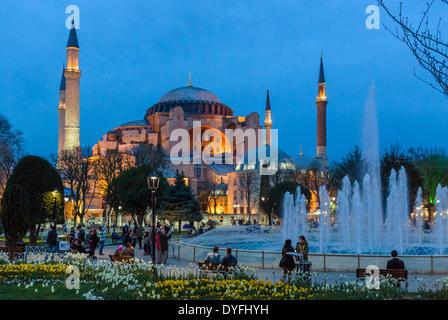 Sainte-sophie (Aya Sofya) de Sultanahmet Park au crépuscule, Sultanahmet, Istanbul, Turquie Banque D'Images