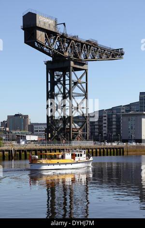 La rivière en bateau navette à côté du Rover Finnieston Crane sur la rivière Clyde à Glasgow, Écosse, Royaume-Uni Banque D'Images