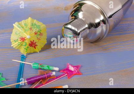 Shaker et un assortiment d'accessoires de décoration Banque D'Images