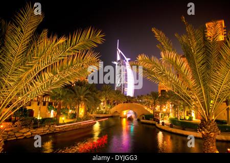 Burj Al Arab et Mina a' Salam Hotels, DUBAÏ, ÉMIRATS ARABES UNIS, par nuit Banque D'Images
