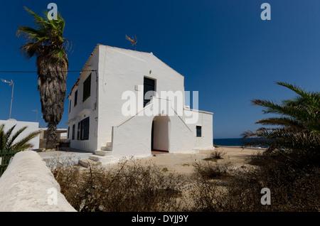 Maison de vacances dans le petit village de pêcheurs de Na Macaret, sur l'île des Baléares de Minorque. Banque D'Images