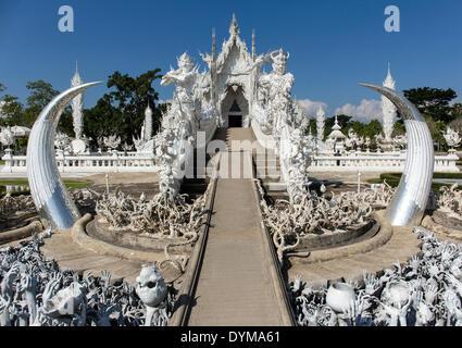 L'inscription de l'enfer, suppliant les mains sur l'escalier à l'entrée du Wat Rong Khun, Temple blanc, par l'architecte Banque D'Images
