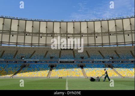 Un groundsman prépare le terrain au stade Maracana à Rio de Janeiro, Brésil, l'organisation de la finale de la Coupe Banque D'Images