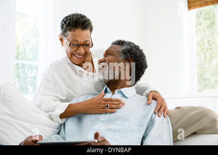 Senior couple relaxing in living room Banque D'Images