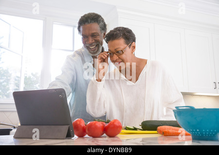 Senior couple in kitchen Banque D'Images