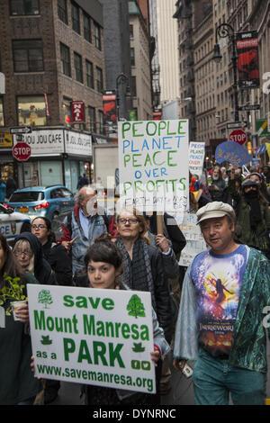 New York, NY, USA , 22 Apr, 2014. Les militants de l'environnement rallye sur la Journée de la Terre à Zuccotti Park, puis mars à Wall Street appelant à un changement de système pas le changement climatique. Le mouvement occupy est toujours autour de Paris il me semble. Crédit: David Grossman/Alamy Live News