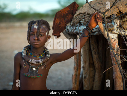 Fille de tribu Hima dans permanent porte de Shack, Epupa, Namibie Banque D'Images