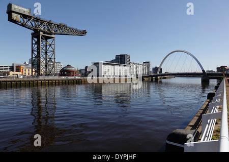 À l'Est le long de la rivière Clyde vers l'Finnieston Crane et Clyde Arc, Glasgow, Scotland UK Banque D'Images