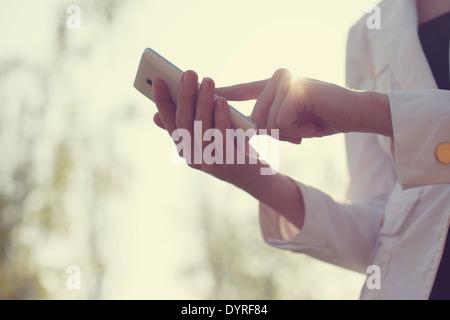 De gros plan femme mains using smartphone Banque D'Images