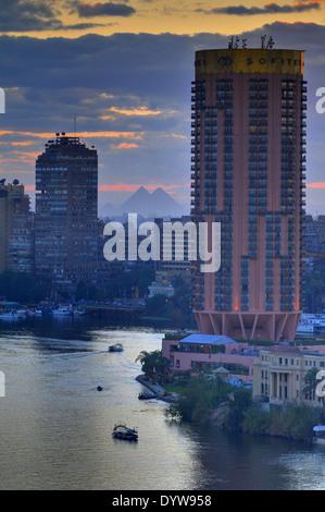 Caire urbaine vue vers l'ouest vers les pyramides de Gizeh surplombant la ville depuis depuis plus de 3000 ans. Banque D'Images