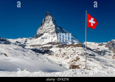 Vue d'hiver du Cervin avec drapeau suisse, Zermatt, Valais ou Valais, Suisse Banque D'Images