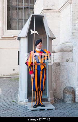 Un membre de la Garde suisse pontificale à la basilique St Pierre à Rome Banque D'Images