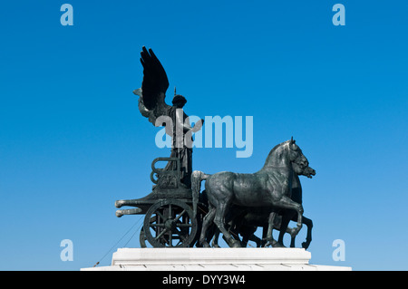 Statue de la Déesse Victoria équitation sur un quadrige, char ou sur le dessus de l'autel de la Patriai Rome Banque D'Images