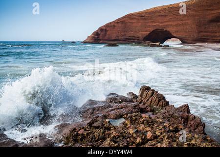 Arcades rouge sur la côte de l'océan atlantique, la plage de Legzira, Sidi Ifni, Maroc, Afrique du Nord Banque D'Images