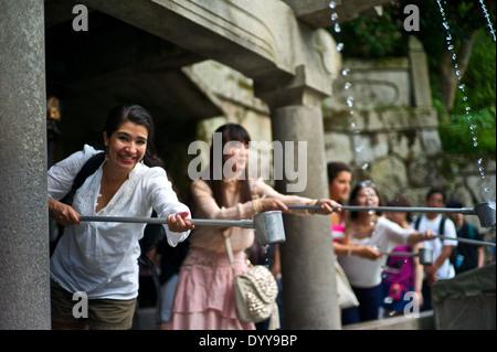 Essayer de recueillir l'eau de l'OTTAWA-no-taki waterfall au temple Kiyomizu-dera. Banque D'Images